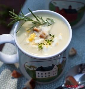 Крем-суп из цветной капусты с сухариками и яйцом