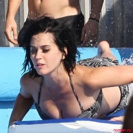 Кети Перри показала голую попу