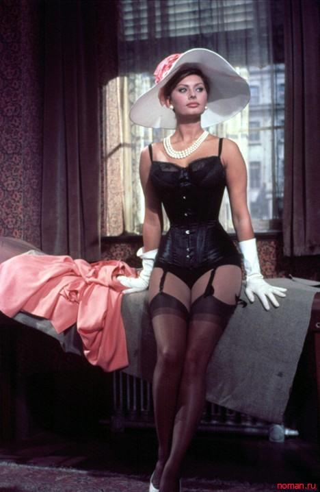 Софи Лорен всех поразила своим декольте.