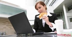 Чем грозит еда перед компьютером