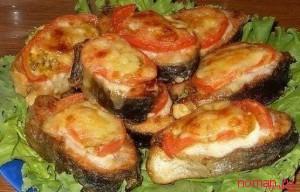 Запеченная горбуша под сыром с помидорами