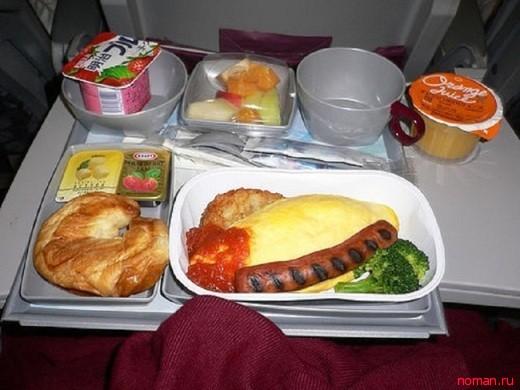 Обеды на рейсах различных авиакомпаний.